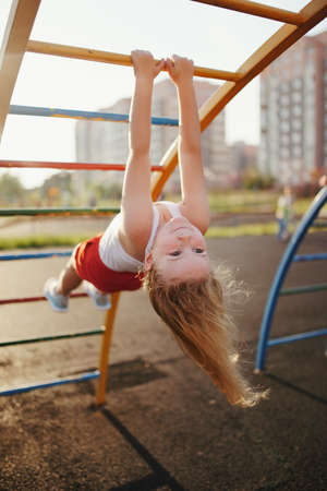 Foto de little girl has fun on monkey bar - Imagen libre de derechos