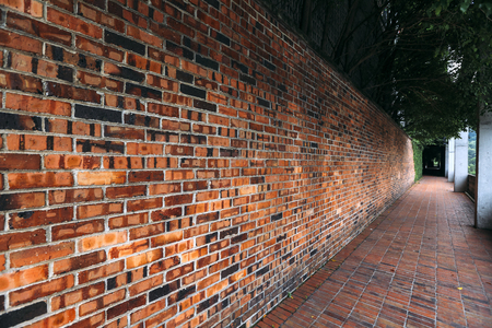 Photo pour Perspective, side view of old red brick wall texture background. - image libre de droit