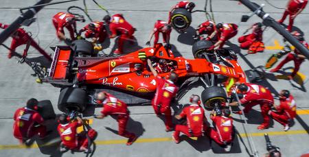 Photo pour SEPANG, MALAYSIA : SEPTEMBER 30, 2017 : Team members of Kimi Raikkonen of Scuderia Ferrari practice a pit stop ahead of the Malaysia Formula One (F1) Grand Prix at Sepang International Circuit (SIC). - image libre de droit