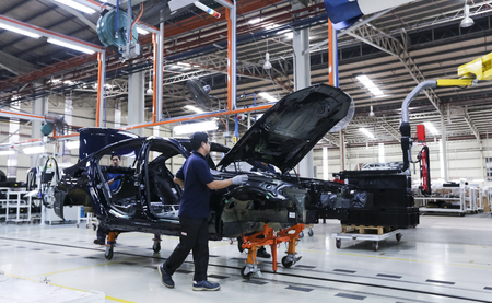 Photo pour KEDAH, MALAYSIA - JULY 04, 2019 : Workers assembles cars at automobile assembly line production plant. Catering for both the domestic and export markets industry. Automotive & technology. - image libre de droit