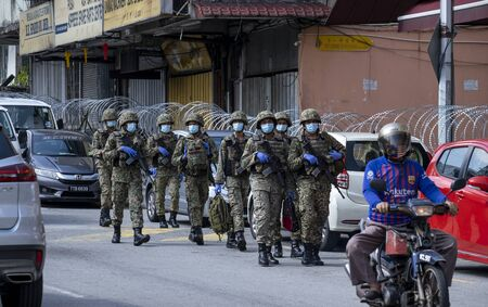 Photo pour KUALA LUMPUR, MALAYSIA - MAY 15, 2020: Malaysian army at locked down area in Pudu. The area was lock down to conduct COVID-19 screening test by authorities. Coronavirus disease 2019 outbreak. - image libre de droit