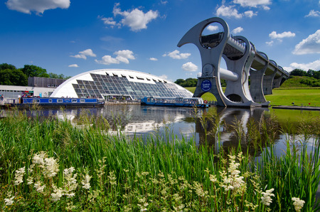 Foto de The Falkirk Wheel in Scotland is a rotating boat lift linking the Forth and Clyde Canal with the Union Canal - Imagen libre de derechos