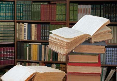 Photo pour open books in a library - image libre de droit