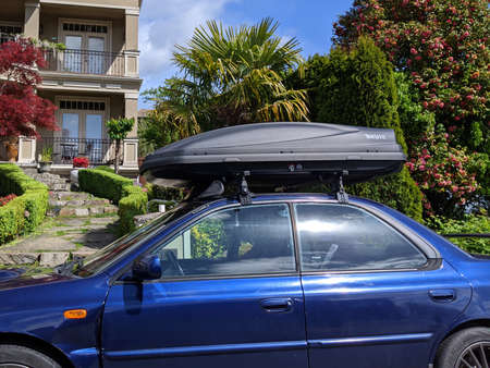 Photo pour Kirkland, WA USA - circa June 2020: Street view of a car with a Thule box carrier storage on top, prepping for a trip into the mountains or to the beach. - image libre de droit