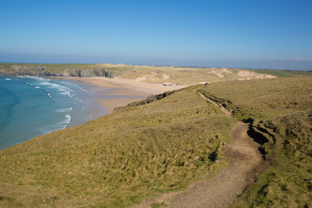 Photo pour South west coast path Holywell bay North Cornwall with blue sea waves and sky - image libre de droit