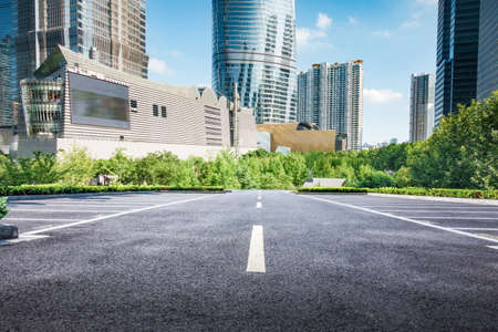Photo pour empty, modern square and skyscrapers under sunbeam - image libre de droit
