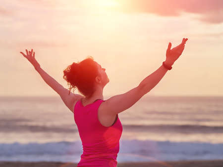 Photo pour Beautiful fitness woman raised hands up to the sun. Yoga, sport and freedom concept. - image libre de droit