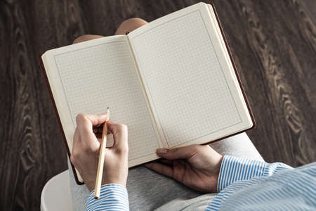 Photo pour close-up a female hands with notebook and pencil - image libre de droit