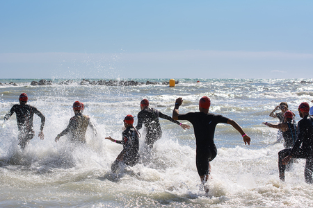 Photo pour Pescara, Italy - June 18, 2017: Starting for the swimming test of the athletes of the Ironman 70.3 Pescara of June 18, 2017 - image libre de droit