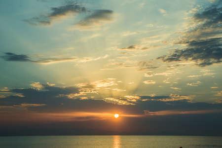 Photo pour The sunset, the sea and the clouds. Caspian Sea. Azerbaijan Baku Beautiful sunset in yellow as background. Azerbaijan nature - image libre de droit