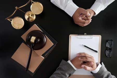Photo pour Businessman shaking hands Judge gavel with Justice lawyers  trust Promise Win the Case - image libre de droit