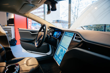 Foto de PARIS, FRANCE - NOVEMBER 29: The interior of a Tesla Motors Inc. Model S electric vehicle with its large touchscreen dashboard. Tesla is an American company that designs, manufactures, and sells electric cars - Imagen libre de derechos