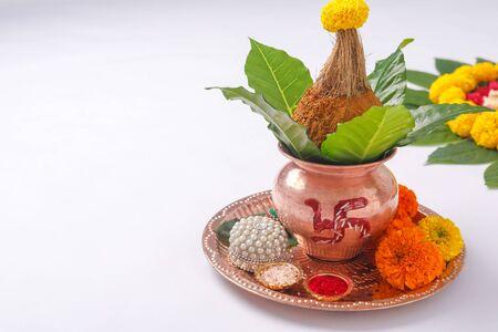 Photo pour Copper Kalash with coconut , leaf and floral decoration on a white background. essential in hindu puja. - image libre de droit