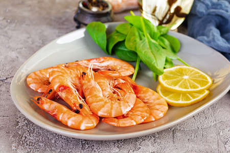 Photo pour Delicious cooked shrimps in plate isolated on gray background. Boiled prawns - image libre de droit