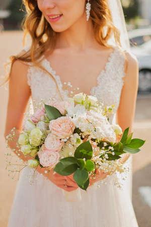 Foto de Bride holding a wedding bouquet in pastel pink colors. - Imagen libre de derechos