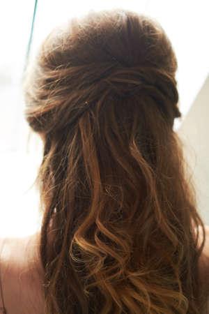 Photo pour close-up of hair clip on bride's hair - image libre de droit