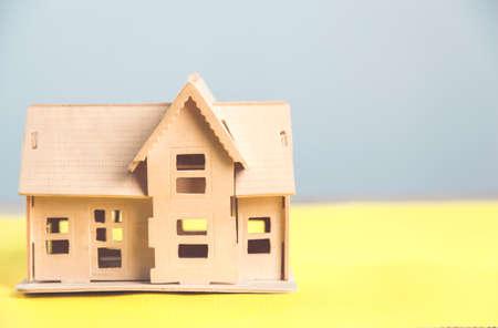 Photo pour wooden house model on the table - image libre de droit