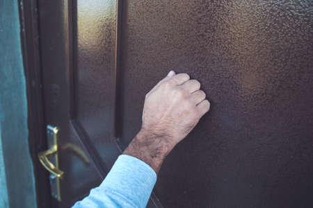 Photo pour young man knock in house door - image libre de droit