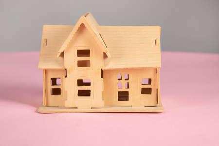 Photo pour house model on the pink table background - image libre de droit