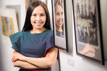 Photo pour Young asian woman as a visitor in the gallery - image libre de droit