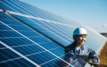 Foto de A female technician at a solar power station - Imagen libre de derechos