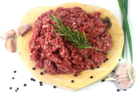 Photo pour raw minced meat isolated on white background with green leaves and condiments. Top view - image libre de droit