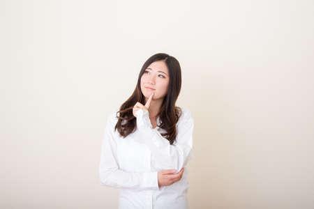 Photo pour young asian woman wondering - image libre de droit