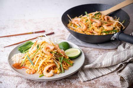 Photo pour pan fried shrimp pad thai with lime - image libre de droit