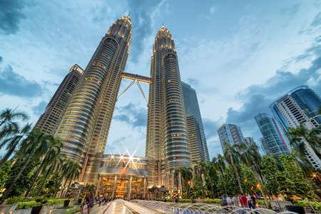 Photo pour Kuala Lumpur, Malaysia - April 19, 2015: Petronas Twin towers, Kuala Lumpur central park KLCC - image libre de droit