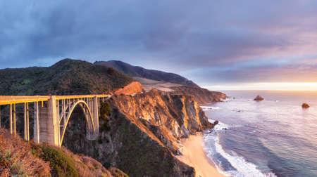 Photo pour Bixby Creek Bridge on Highway 1 at the US West Coast traveling south to Los Angeles, Big Sur Area, California - image libre de droit