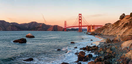 Photo pour Famous Golden Gate Bridge at sunset,, San Francisco USA - image libre de droit
