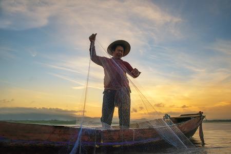 Photo pour Fisherman fishing at lake in Morning, Thailand. - image libre de droit
