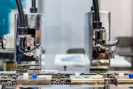 Photo pour Automatic robot arm with optical sensor working in factory - image libre de droit