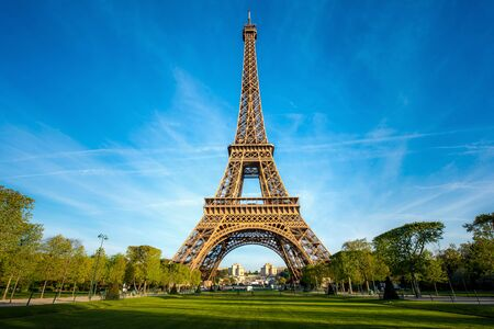 Photo pour Landscape panoramic view on the Eiffel tower and park during the sunny day in Paris, France. Travel and Vacation concept. - image libre de droit