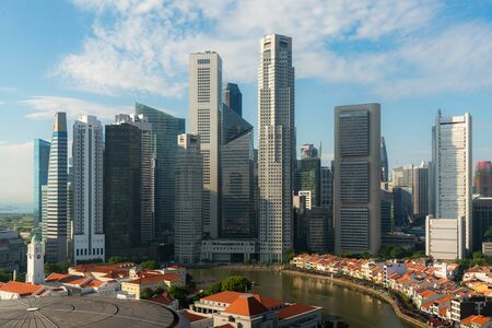 Foto de Panorama of Singapore business district skyline and skyscraper during sunrise at Marina Bay, Singapore. Asian tourism, modern city life, or business finance and economy concept. - Imagen libre de derechos
