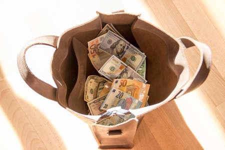 Photo pour Money lies in a heap on the table scattered. - image libre de droit
