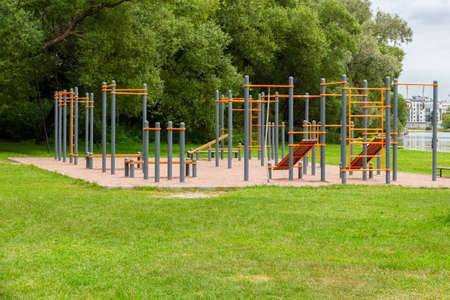 Photo pour An empty playground with horizontal bars, crossbeams and parallel bars. Outdoor sports in nature in the city green park. Children's game complex - image libre de droit