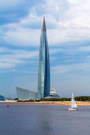 Photo pour St. Petersburg, Russia - September 03, 2020: Skyscraper Lakhta Center and sailing ship. Summer seascape - image libre de droit