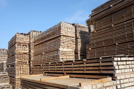 Photo pour Stack of lumber for construction - image libre de droit