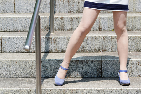Photo pour stylish young woman standing on the stone stairs - image libre de droit