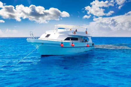 Photo pour White yacht in the blue tropical sea, diving safari boat for liveaboard - image libre de droit