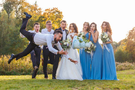 Photo pour Loser drops the wedding cake during the wedding ceremony - image libre de droit
