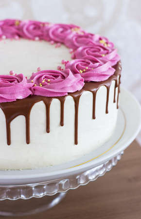 Foto de Celebratory cake with cream roses and chocolate. - Imagen libre de derechos