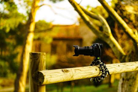 Foto de Camera on flexible tripod take photo outdoors - Imagen libre de derechos