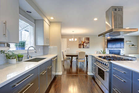 Photo pour Stylishly updated kitchen with quartz countertops and stainless steel appliances. - image libre de droit