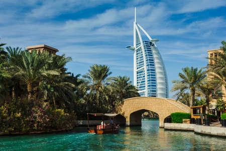 Photo pour DUBAI, UAE - NOVEMBER 15: View of the hotel Burj Al Arab from Souk Madinat Jumeirah. Nov 15, 2012 in Dubai - image libre de droit