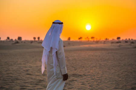 Photo pour Arab in the Arabian desert on a hot sunny day - image libre de droit