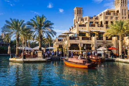 Photo pour DUBAI, UAE - NOVEMBER 15: View of the  Souk Madinat Jumeirah.Madinat Jumeirah encompasses two hotels and clusters of 29 traditional Arabic houses. Nov 15, 2012 in Dubai - image libre de droit