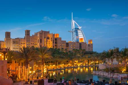 Photo pour DUBAI, UAE - NOVEMBER 15: View of the hotel  Al burj Arab from Souk Madinat Jumeirah. Nov 15, 2012 in Dubai.  Al burj Arab is a luxury 7 stars hotel built  in front of Jumeirah beach. - image libre de droit