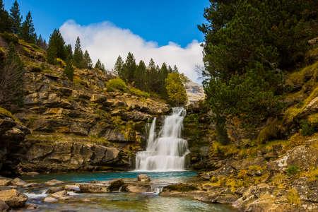 Photo pour Autumn scene in Ordesa and Monte Perdido National Park, Spain - image libre de droit